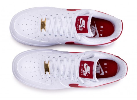 Chaussures Nike Air Force 1'07 blanche rouge et or femme vue arrière