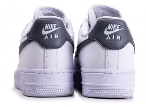 Chaussures Nike Air Force 1'07 blanche grise et or femme vue dessous