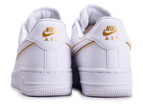 Chaussures Nike Air Force 1'07 Essential blanche et or femme vue dessous