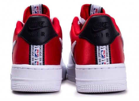 Chaussures Nike Air Force 1 LV8 rouge NBA junior vue dessous