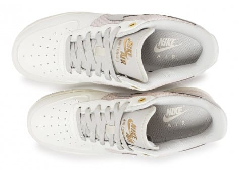 innovative design 6ffd7 ad241 ... Chaussures Nike Air Force 1  07 LV8 snake gris clair vue arrière ...