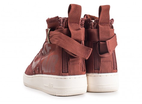 Chaussures Nike SF Air Force 1 Mid marron vue dessous