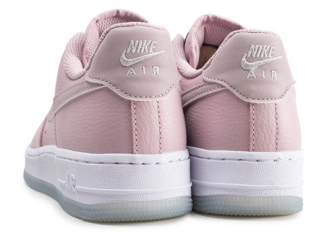 Chaussures Nike Air Force 1 '07 Essential rose et blanche femme vue dessous
