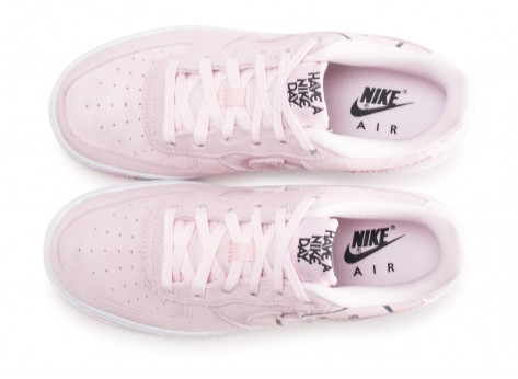 Chaussures Nike Air Force 1 LV8 rose Have a nike Day junior vue arrière