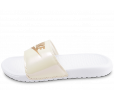 Chaussures Nike Sandales Benassi blanches et or femme